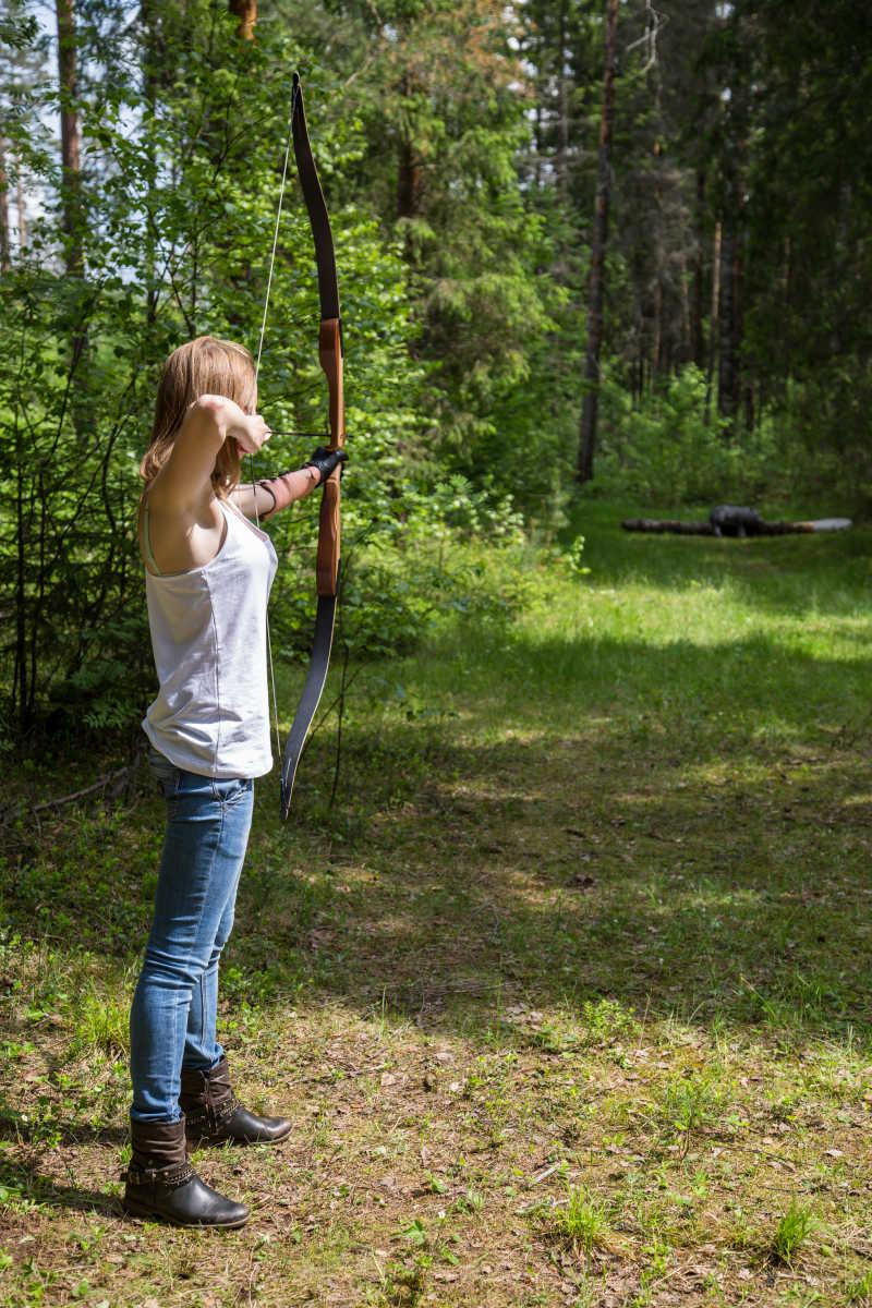 在林中射箭的女孩