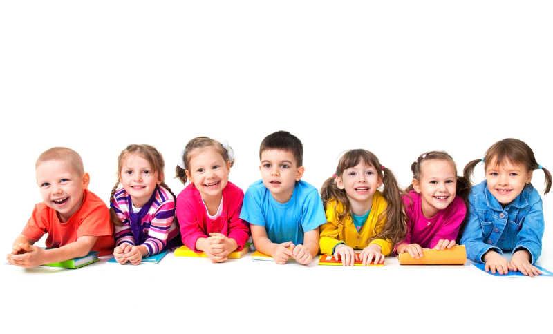 七儿童组躺在地板上一起临摹字帖