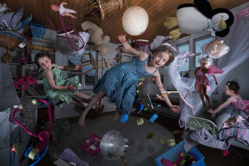 儿童房失重的儿童和玩具