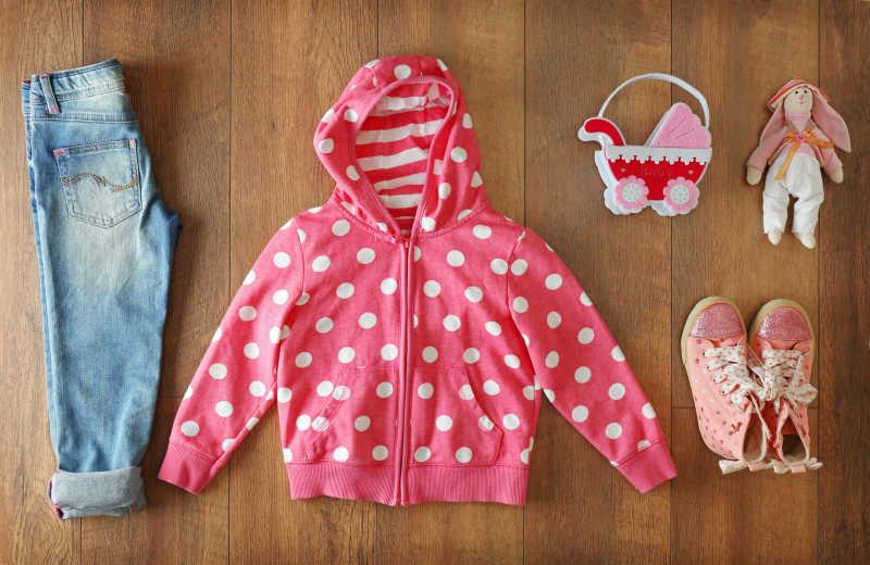 木制背景下的女宝宝的衣服套装