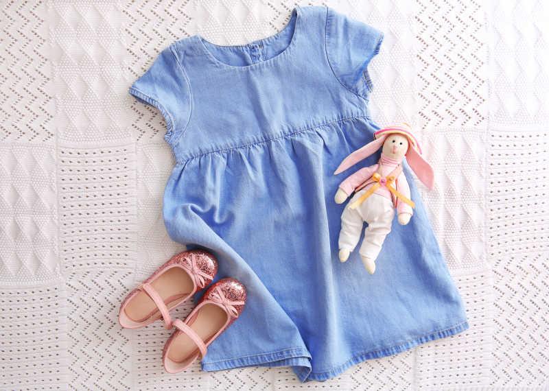 织物背景的女孩婴儿服装