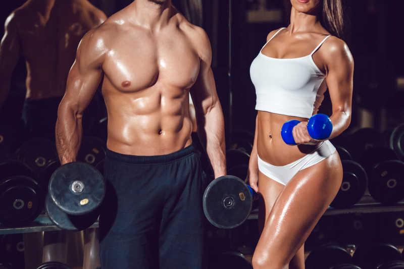体育女孩和健身房里的男人强壮性感