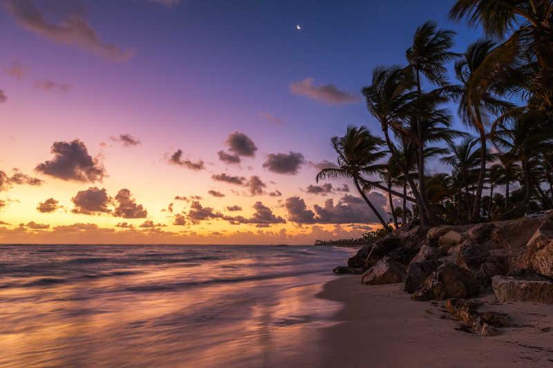 美丽日落下的海滩度假风景