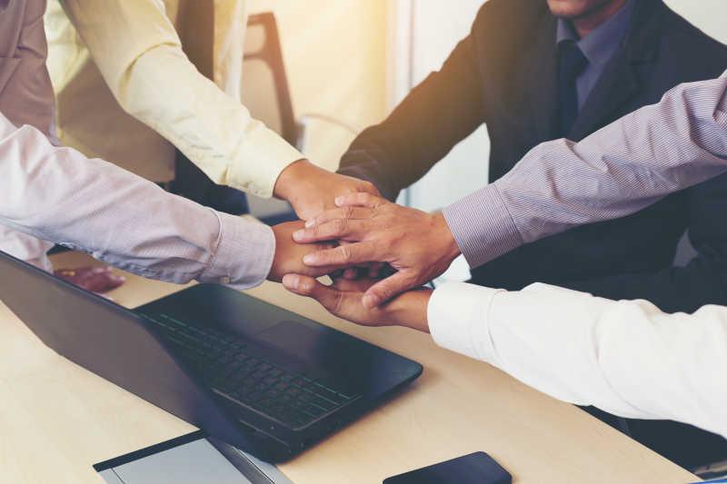 手搭手象征着团队合作