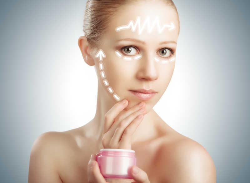 面部皮肤干燥的美女在进行皮肤护理
