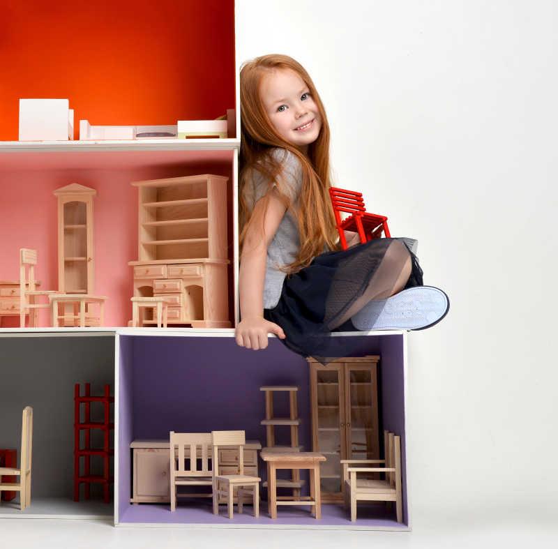 坐在小型积木上的开心的小女孩