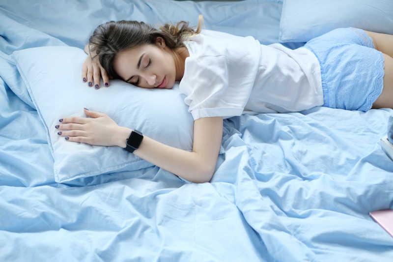睡着的年轻女孩图片 趴在床上睡着的年轻女孩素材 高清图片 摄影照片 寻图