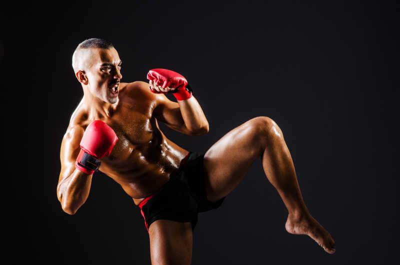 戴着红手套的拳击训练特写