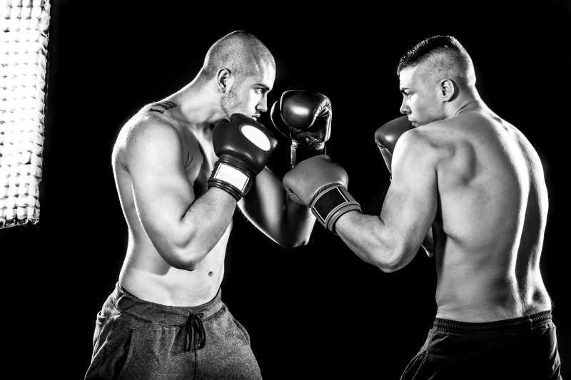 黑色背景下两名职业拳击手特写