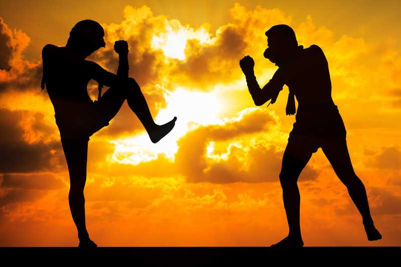 夕阳下的两个泰国拳击手正在对击练习