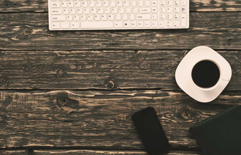 桌面上的键盘和咖啡