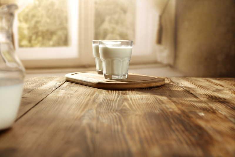 桌上放着两杯牛奶饮品