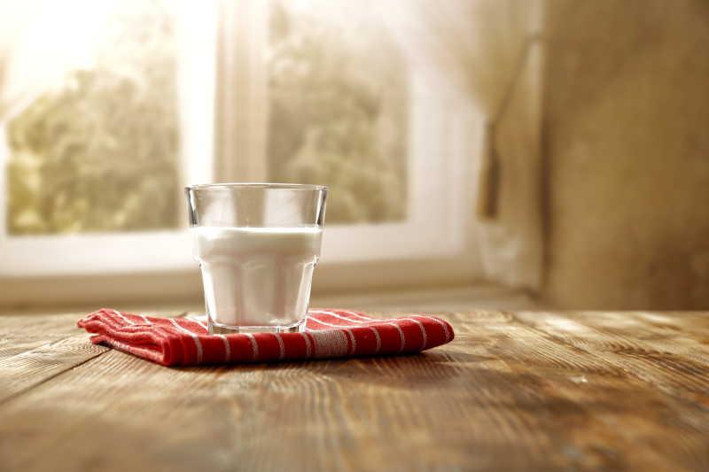 玻璃杯里的早餐牛奶
