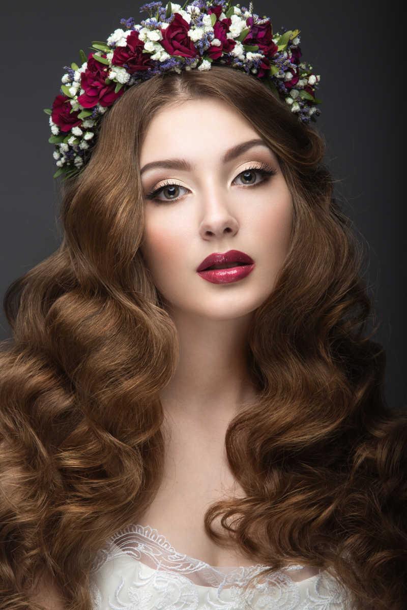 头戴花环的时尚卷发美女特写