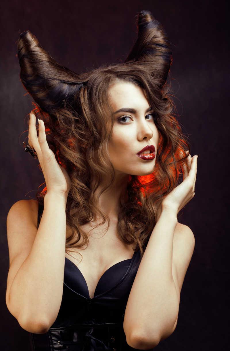 梳着牛角发型的美女捧着自己的头发