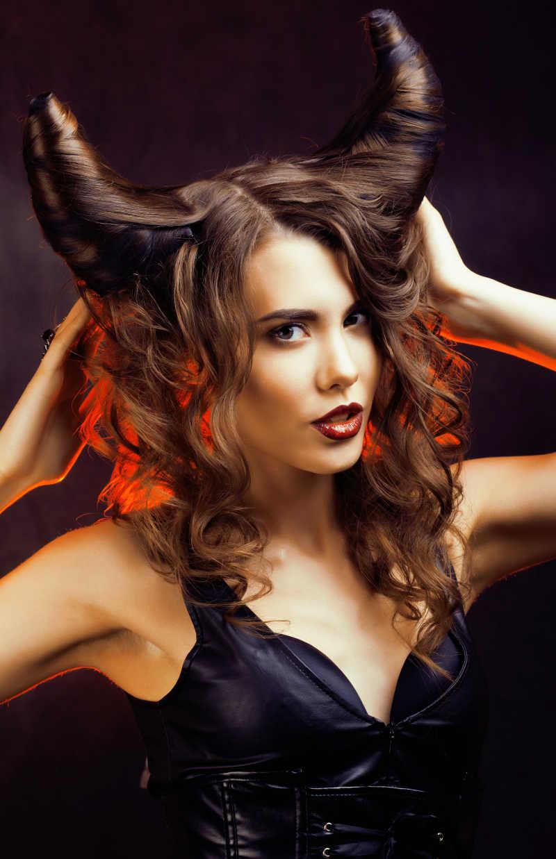 牛角发型的美女在摸头发