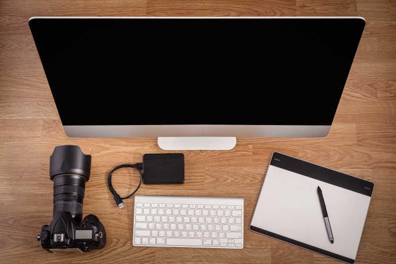 俯视桌面上的imac办公设备