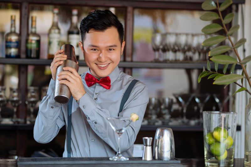 正在调酒的亚洲男子