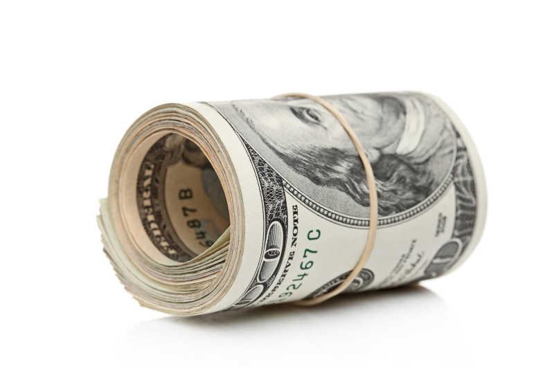 白色背景下的一卷美元纸币