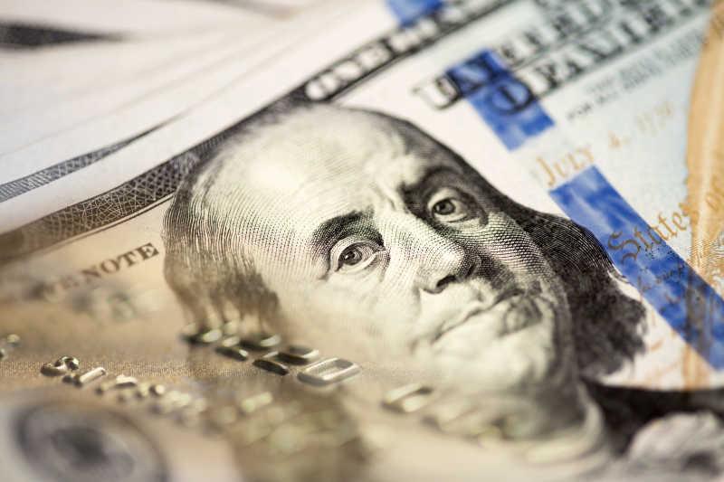 一百美元钞票上的人物特写