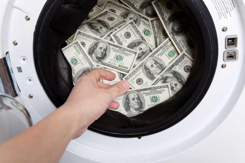在洗衣机桶内的美元纸币