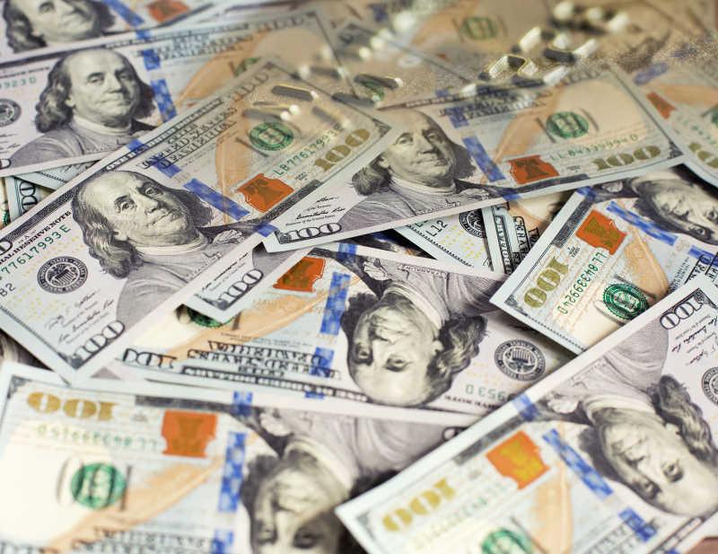 一堆百元的美金钞票