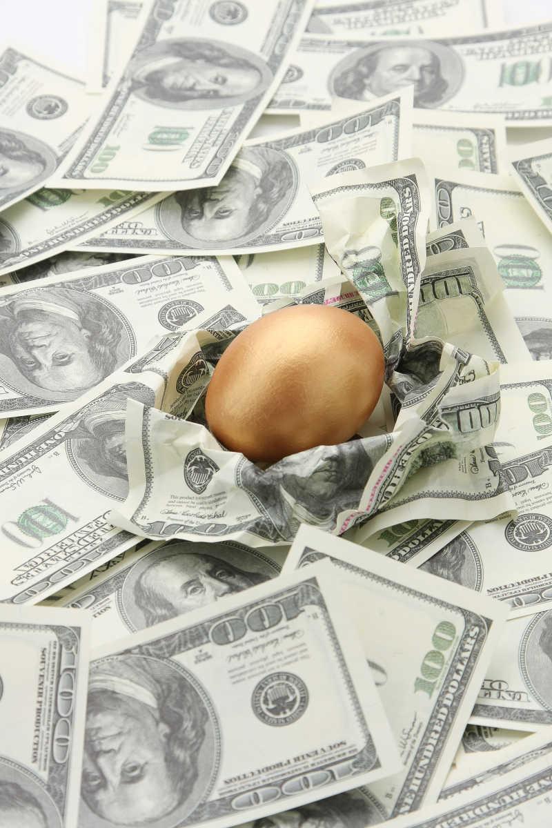 美元纸币包裹的金蛋