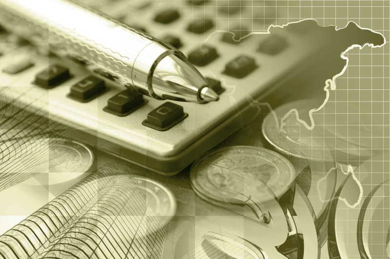 地图建筑背景下的财务计算器与笔