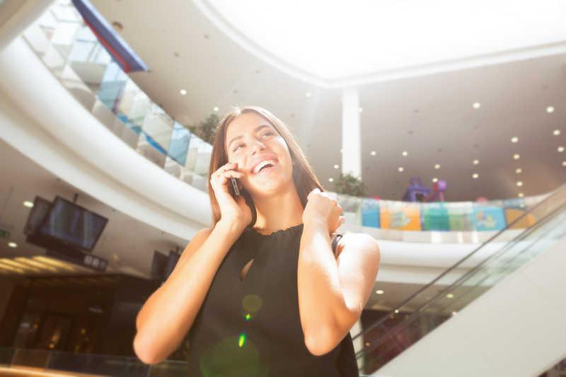 购物商场里的打电话的美女