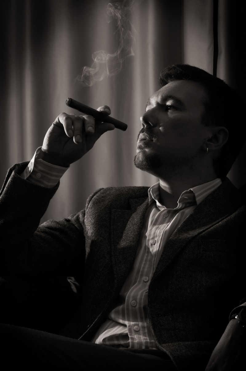 老板办公桌尺寸_抽雪茄的男人图片_黑色背景下抽着雪茄的男人素材_高清图片 ...