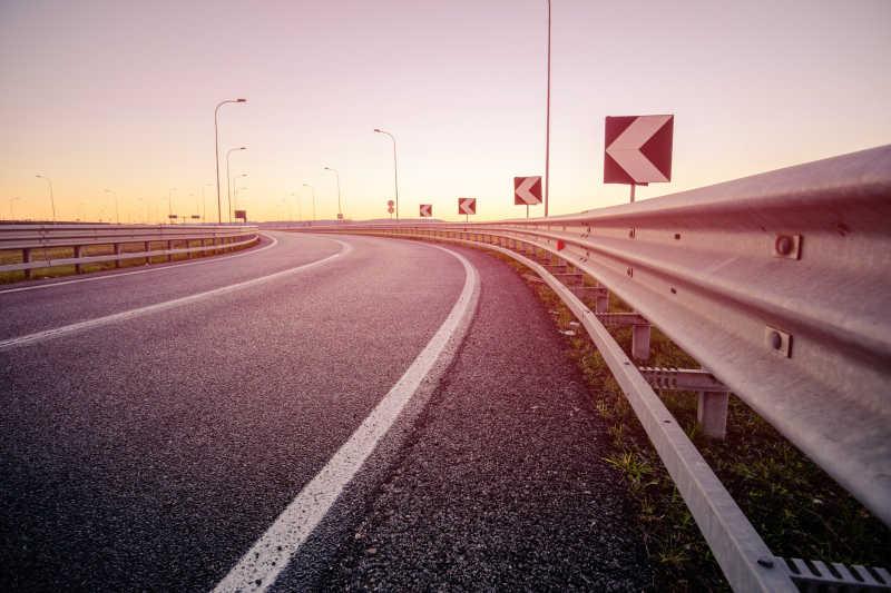 日出阳光下转弯的高速公路