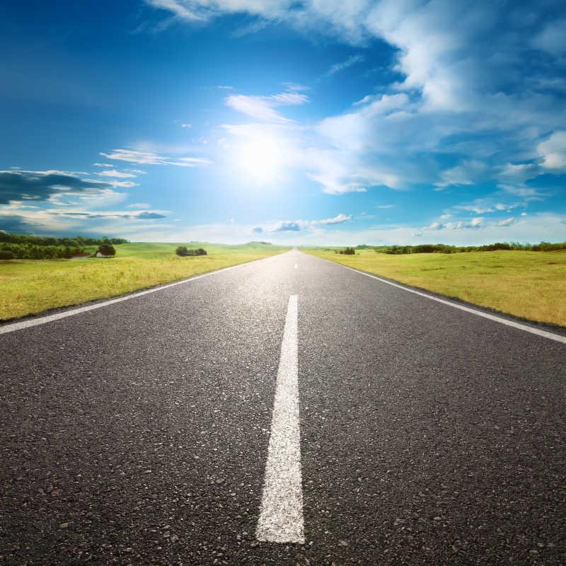 蓝天白云下的高速公路
