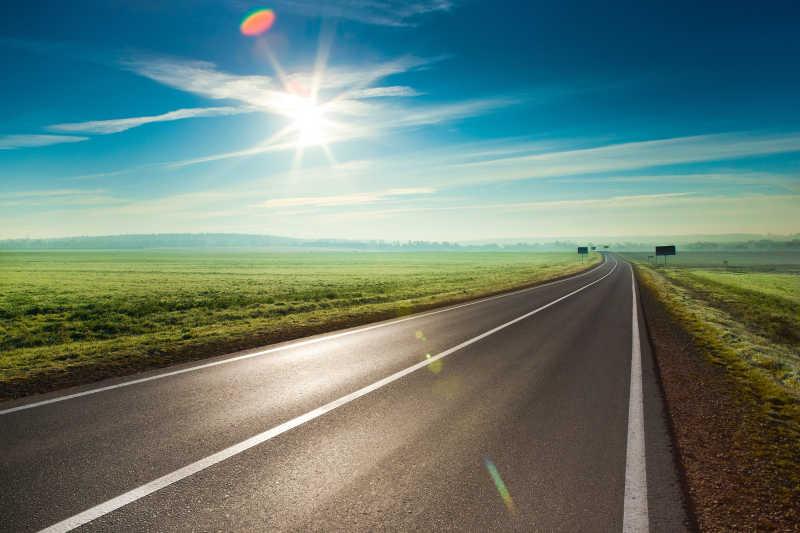 阳光下的高速公路