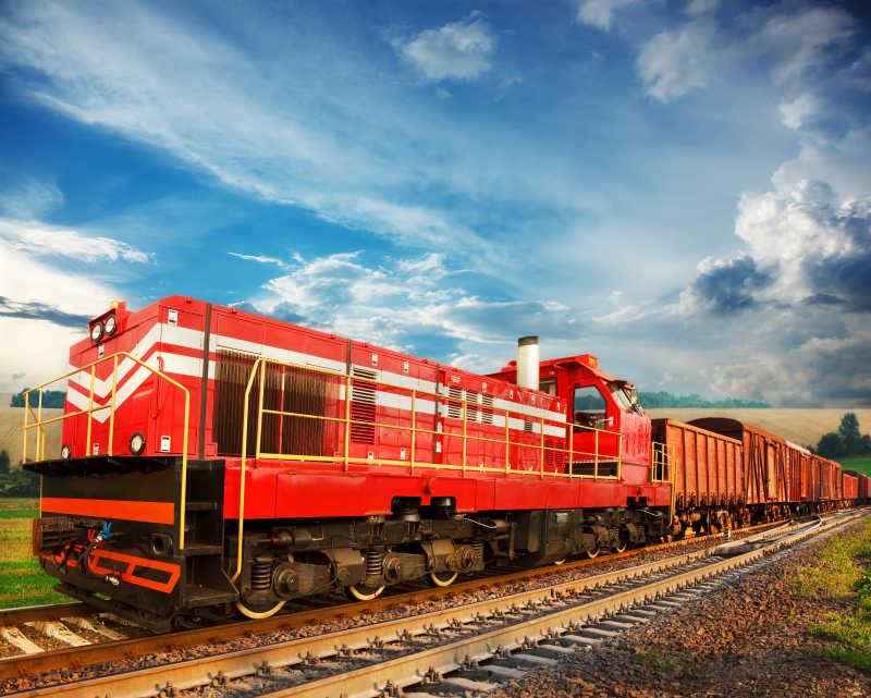 铁路上的红色货运列车
