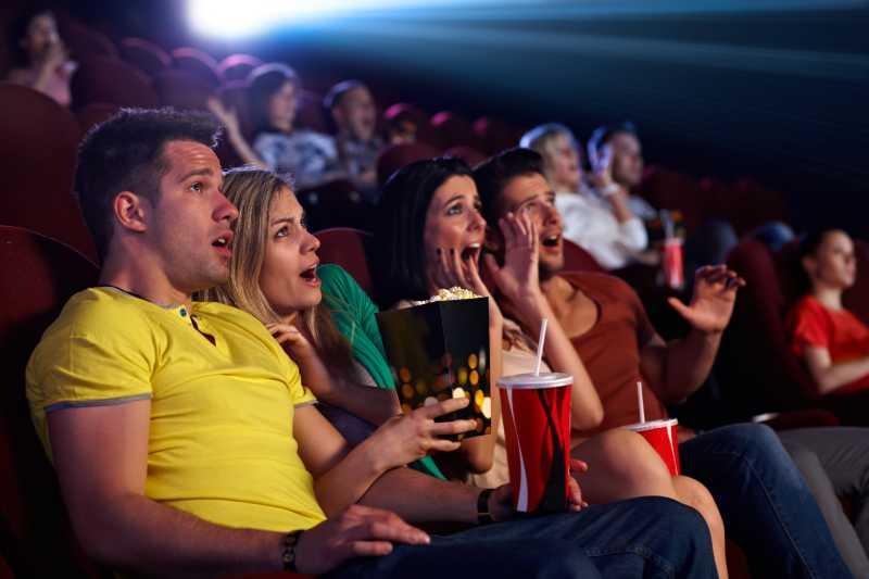 坐在电影院里的观众