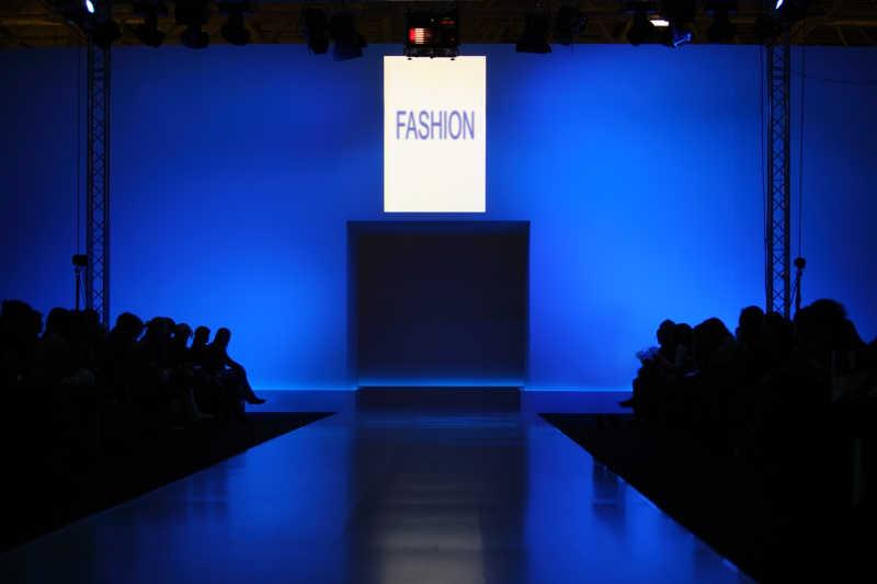 蓝色和黑色背景下的时装表演台
