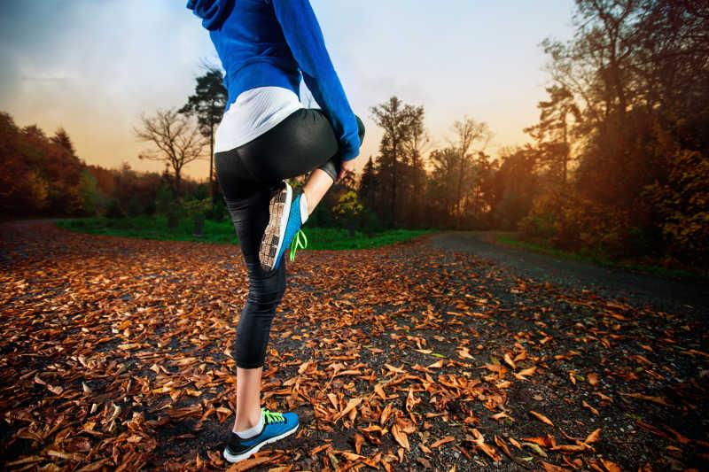 年轻女子在黄昏前跑步