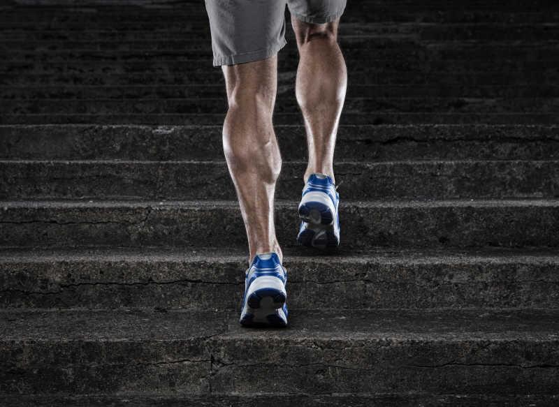 年轻人跑上楼梯