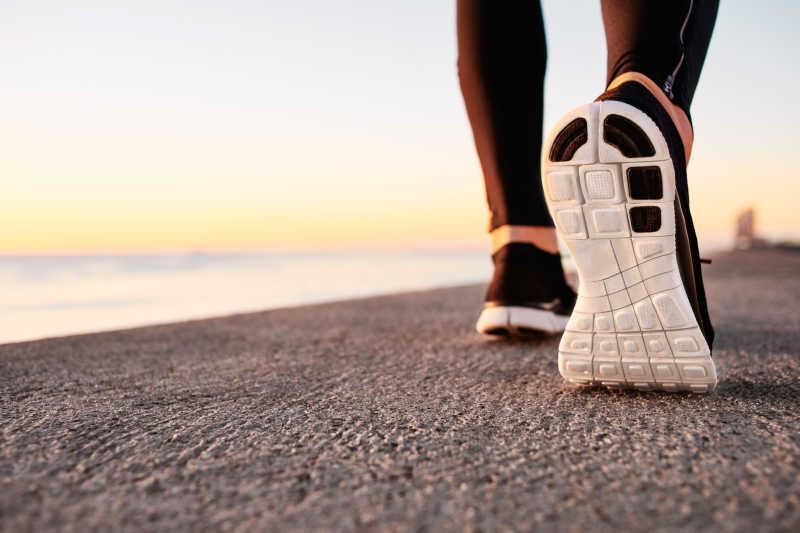 在道路上行驶的人跑步鞋特写