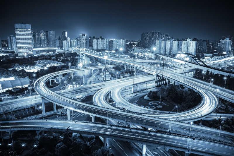 夜间城市的道路