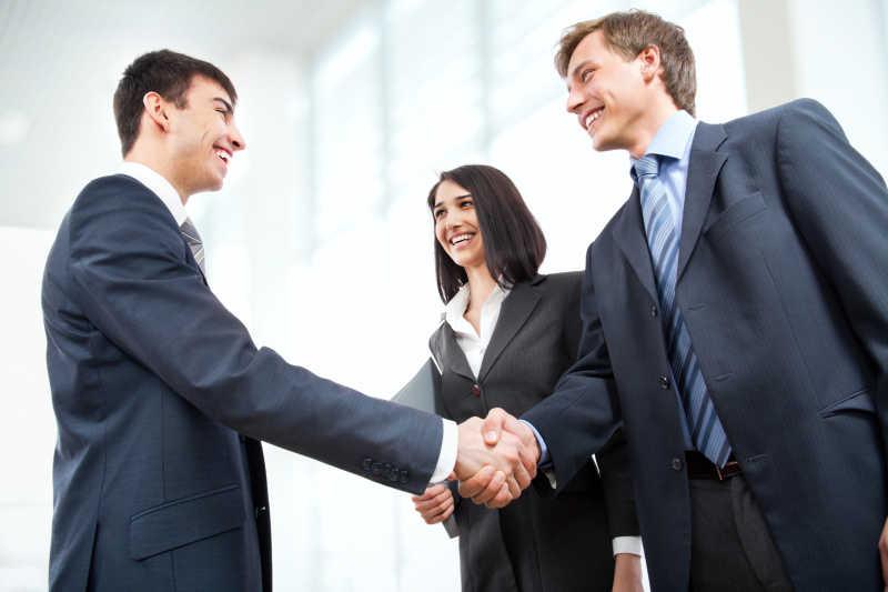 商务握手礼仪图片素材_两个穿着西服的商人在握手创意