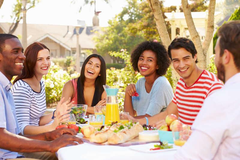 一大群人喝酒图片_庆祝新年的年轻朋友们图片_朋友们一起举杯喝酒素材_高清图片 ...