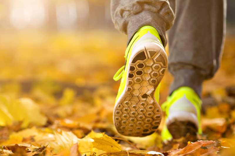 秋天的道路上跑步鞋特写