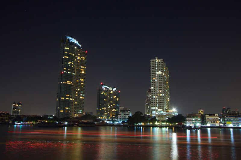 港口边的摩天大楼建筑