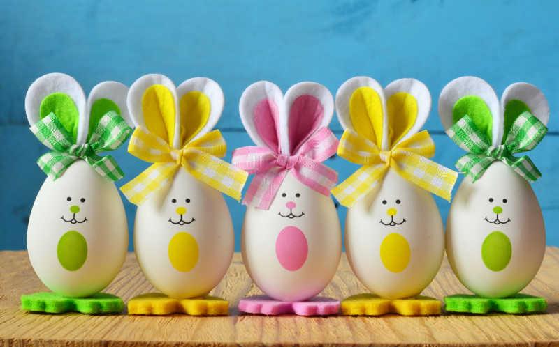 五个可爱的复活节兔子形状的彩蛋