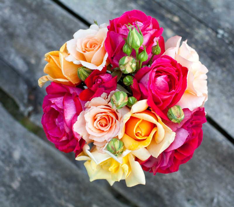 美丽多彩的玫瑰花束