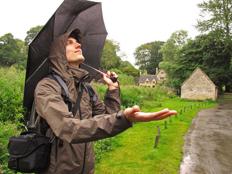 站在雨中的打伞的男人