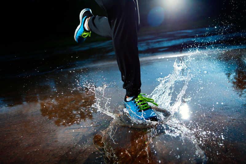 运动鞋在雨中跑步