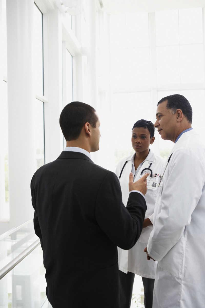 欧美病人和大夫16p_医生图片_医院走廊里的三个医生素材_高清图片_摄影照片_寻图 ...