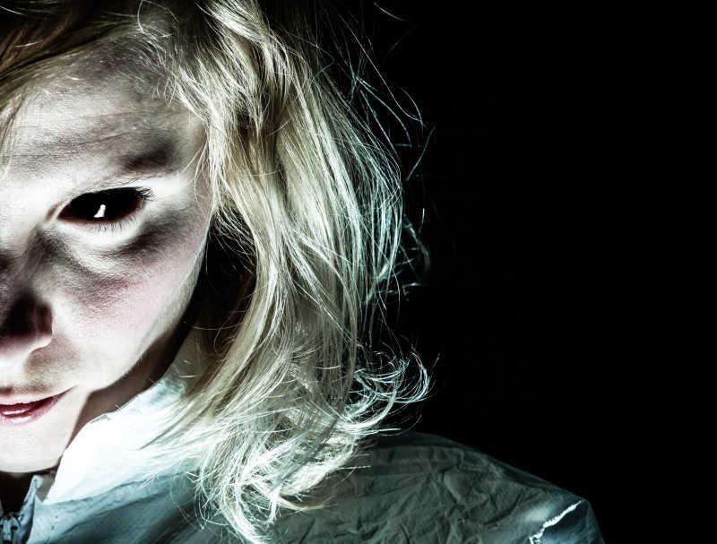 黑眼睛邪恶恐怖的女人